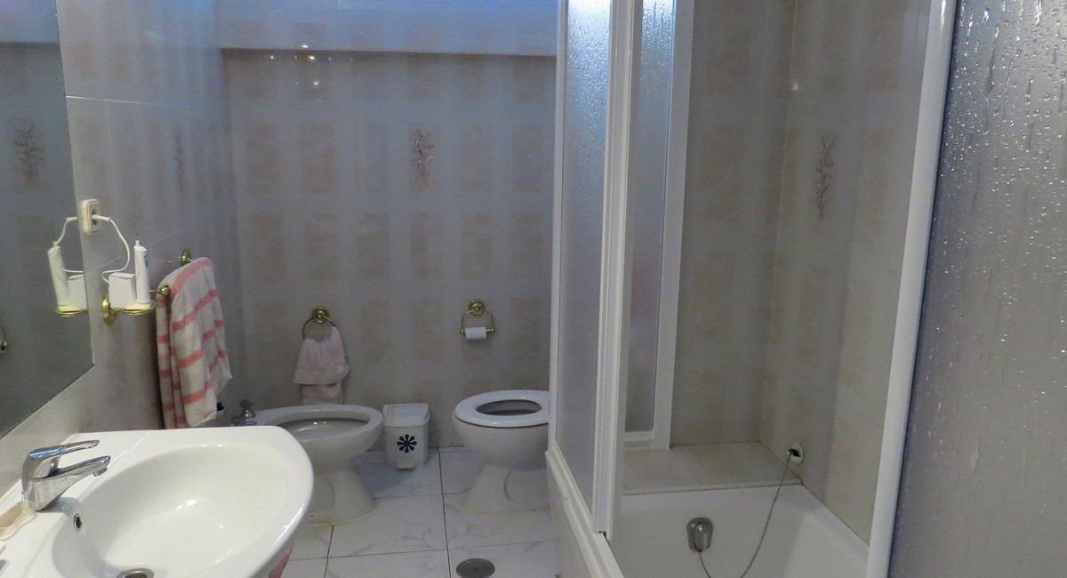 Spacious low floor 2 bedroom seafront apartment carvajal for Bathrooms fuengirola